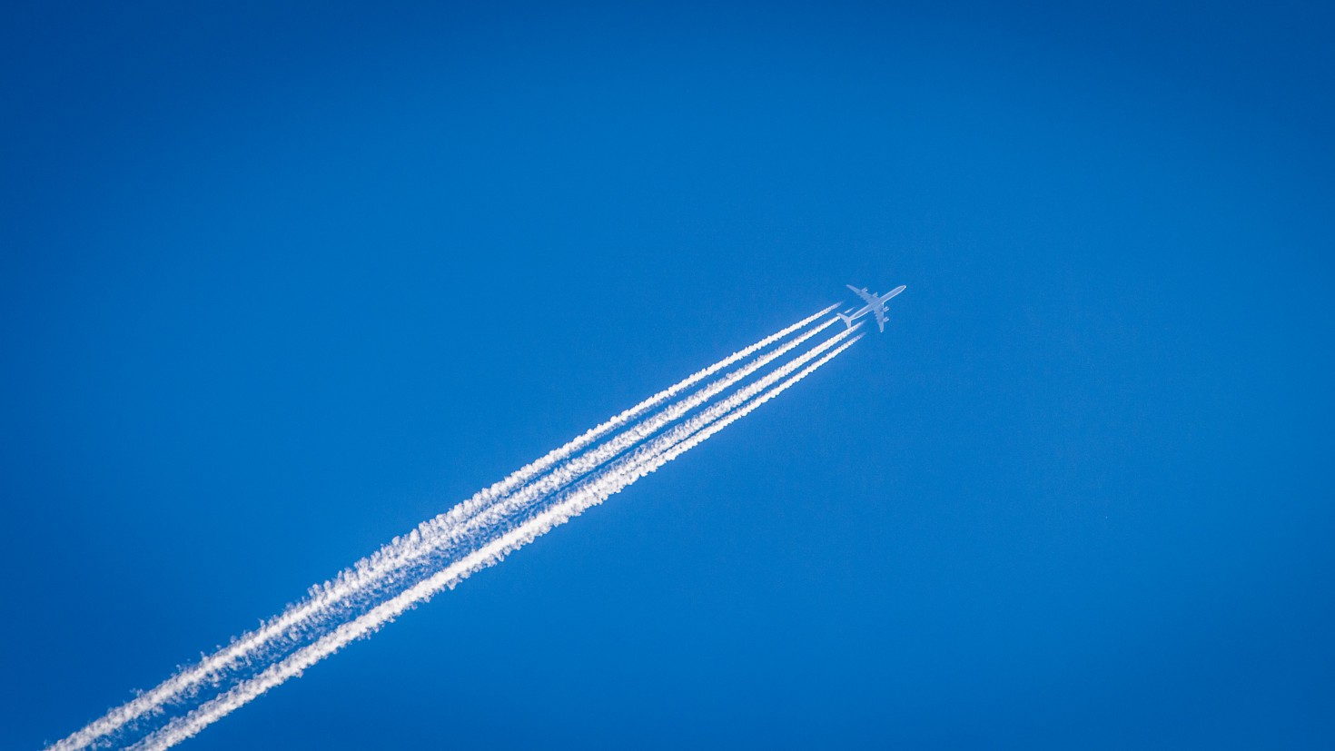 The climate is affected by aviation through several mechanisms in addition to CO2 emissions. The formation of contrails is estimated to have caused a larger contribution to the sector's climate warming than that from CO2. Photo: WIlliam Hook, Unsplash