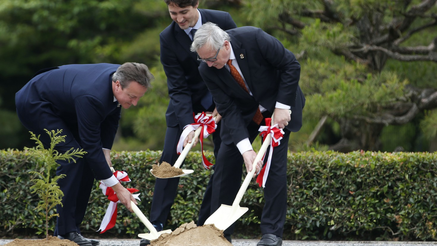 British prime minister david cameron planting a tree together with his Luxemburg counterpart and the president of the European Commission at the G7 summit in Japan. Will they continue building climate policies together? © European Union , 2016 / Photo: Ken Shimizu